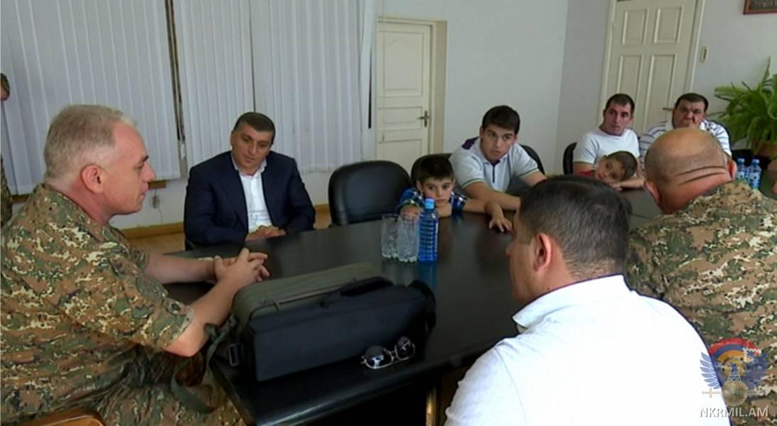 Министр обороны Арцаха и меценат армянского происхождения встретились с родными погибших в апрельской войне