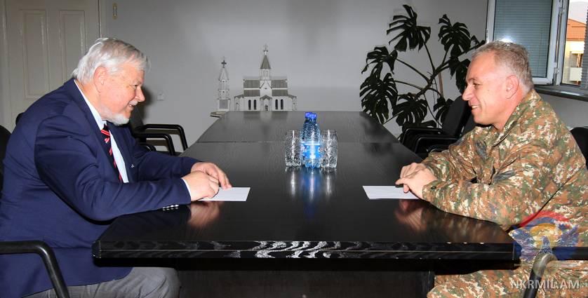 Глава Минобороны Арцаха представил Анджею Каспршику доказательства применения ВС Азербайджана ПТРК «Спайк» и минометов