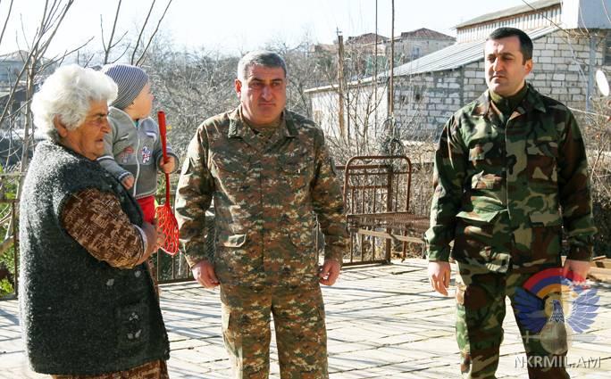 Высшее руководство Армии обороны НКР посещает семьи погибших в апрельской войне